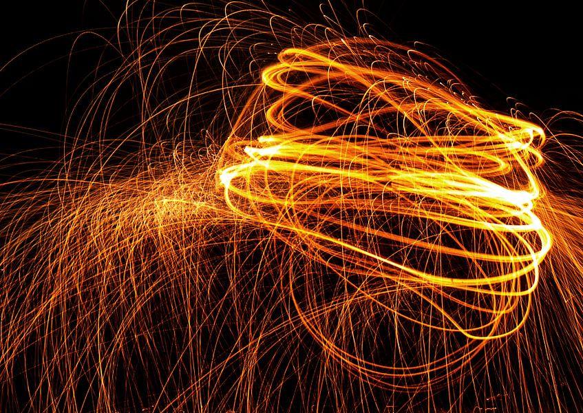 Ball of fire - Abstract lightpainting werk met brandend staalwol.  van Retinas Fotografie