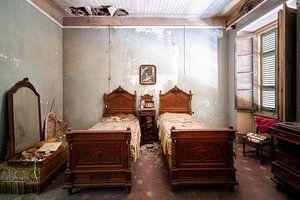 Verlassenes antikes Schlafzimmer.