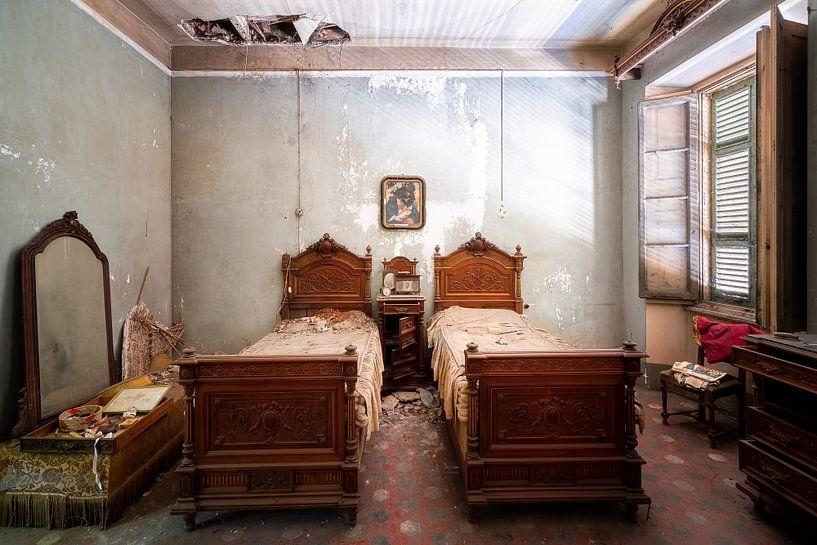 Verlassenes antikes Schlafzimmer. von Roman Robroek