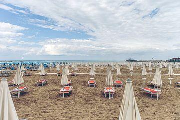 Verlaten strand van Erik Rudolfs