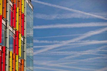 Kondensstreifen ueber der Amsterdam Zuidas van Udo Geisler
