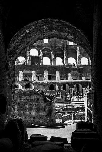 Fine art foto van doorkijkje door boog in  Colosseum, Rome, Italië (zwart-wit, fine art)
