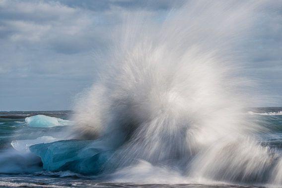 Golven breken het ijs bij Jökulsárlón van Gerry van Roosmalen