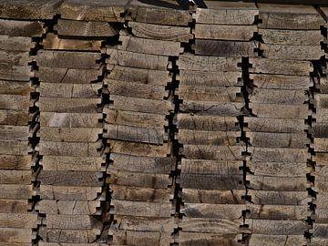 Nahaufnahme eines Stapels von verwitterten Holzlatten von Timon Schneider