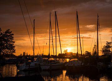 zonsondergang in de haven van de veenhoop