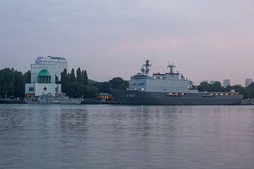 De Koninklijke Marine met Zr.MS. Rotterdam in Rotterdam van MS Fotografie | Marc van der Stelt