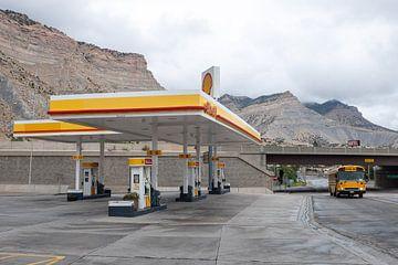 Tankstelle in der Wüste von John Faber