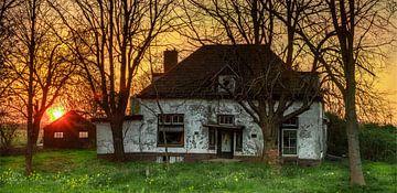 Verlaten en vervallen boerderij bij zonsopkomst