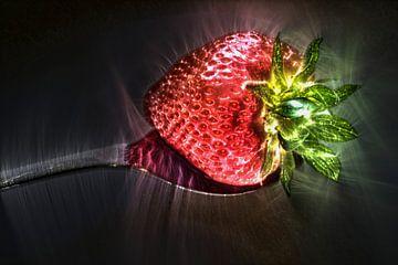 Aardbeien omkaderd door fel glanzende Kirlian veldlijnen van MPfoto71