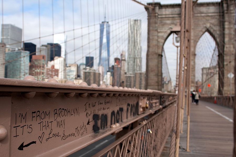 Brooklyn is that way, Directions Grafitti on the Brooklyn Bridge van Dennis Wierenga