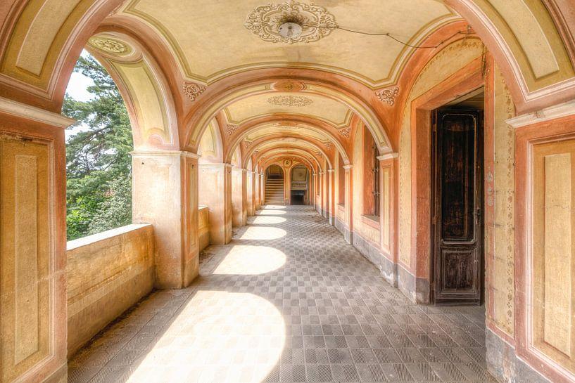 Zarte und warme Farben - Verlassene Villa in Italien von Roman Robroek