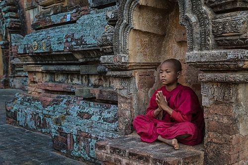 BAGHAN,MYANMAR, DECEMBER 12 2015 -Jonge mediterende monnik voor een budhistisch klooster in Baghan.