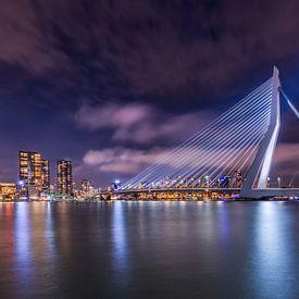Rotterdam met de verlichte erasmusbrug in de avond van Dennisart Fotografie