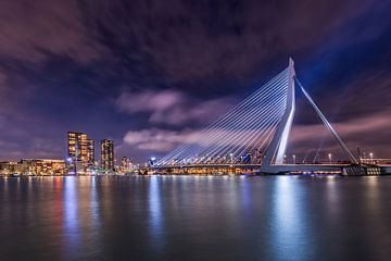Rotterdam mit der beleuchteten Erasmus-Brücke am Abend