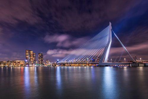 Rotterdam met de verlichte erasmusbrug in de avond van