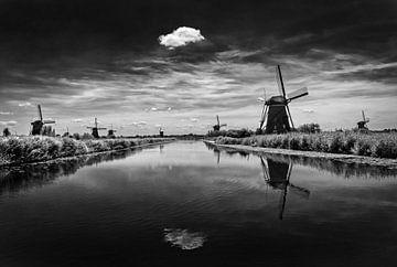 Typisch Hollands landschap met molens in zwartwit van Chihong