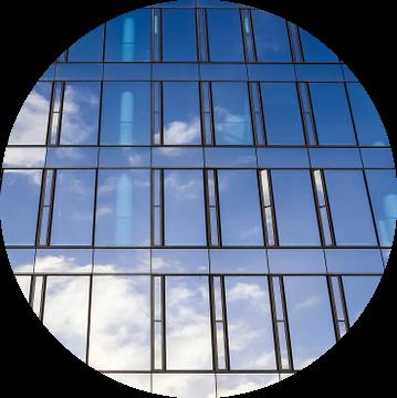 Reflecterende gevel van moderne kantoorgebouwen onder blauwe hemel van MPfoto71