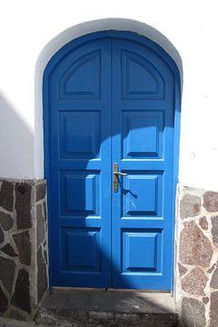 Blauwe deur op Stromboli van Anouk Davidse