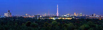 Berlijn Skyline Panorama op het blauwe uur
