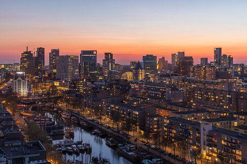 De Rotterdamse binnenstad tijdens zonsondergang