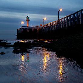 de pier van Nieuwpoort met de vuurtoren aan de Belgische kust tijdens het blauwe uurtje, Belgie van Fotografie Krist / Top Foto Vlaanderen