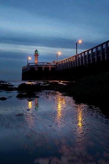 de pier van Nieuwpoort met de vuurtoren aan de Belgische kust tijdens het blauwe uurtje, Belgie