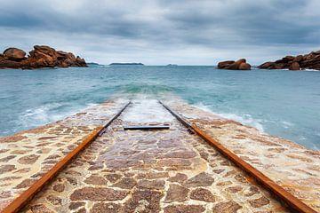 Boothelling reddingsboot bij Ploumanac'h in Bretagne, Frankrijk van Evert Jan Luchies