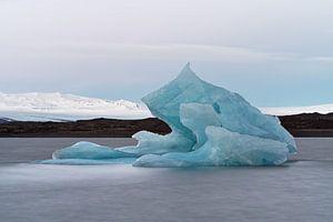 Großer blauer Eisberg vor einem Gletscher von