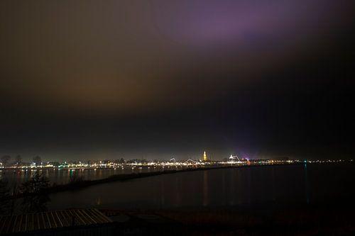 de skyline van enkhuizen by night van