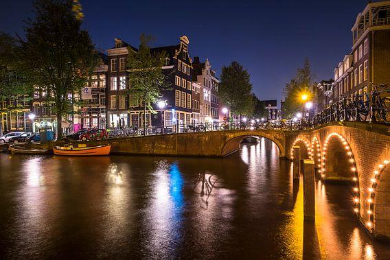 Herengracht en Blauwburgwal  met kleurrijke reflecties op het water