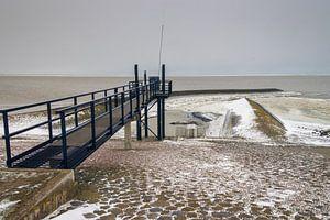 Winterse Waddenzee bij Roptazijl. IJsschotsen drijven op het water van de Waddenzee bij het Roptagem van Meindert van Dijk