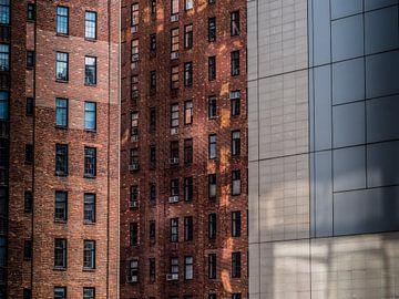 New Yorker Architektur. roter Backstein und moderne Gebäude nebeneinander von Ruurd Dankloff