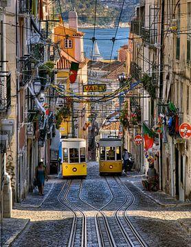 Twee gele trams in Lissabon van Rob van Esch