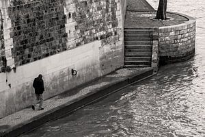 Eenzaam figuur lopend langs de Seine van Mark Scheper