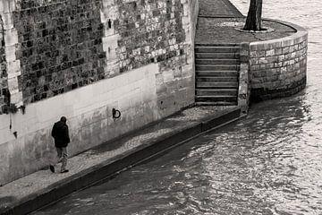 Eenzaam figuur lopend langs de Seine van
