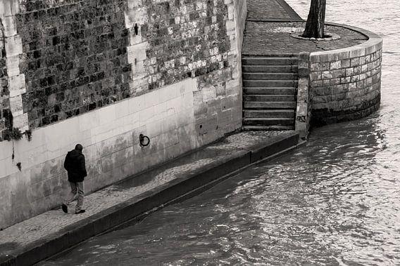 Eenzaam figuur lopend langs de Seine