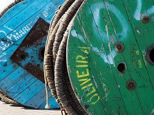 Groene en blauwe houten rol met touw in de haven van Lauwersoog van Helene Ketzer