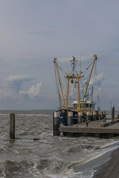 Vissersboot in harde wind