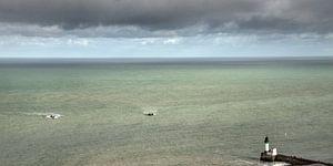 Vissersschepen naderen de pier