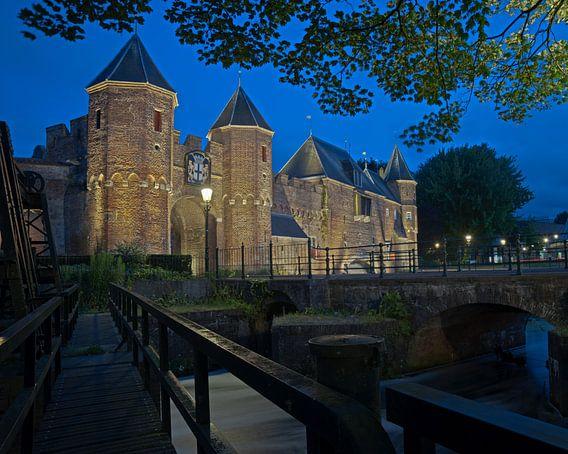 Koppelpoort Amersfoort bij nacht.