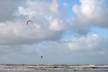 Kitesurfer in de lucht van Barbara Brolsma