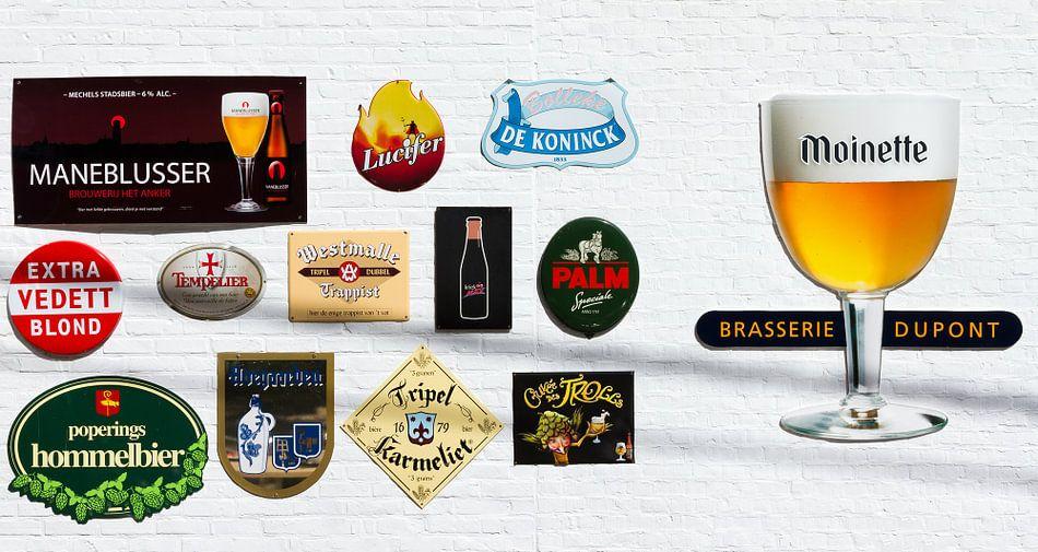 Bier logo's op de muur van Dennis van de Water