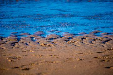 Blaue Wellen an einem braunen Strand von Fred Leeflang