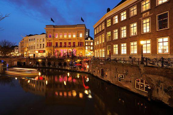De Oudegracht in Utrecht met de Winkel van Sinkel en het Stadhuis