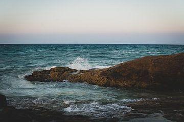 Sonnenuntergang am Meer mit Felsen von Ennio Brehm