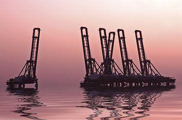 Hijskranen in het water in Nederland bij zonsondergang van Nisangha Masselink