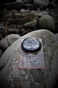 Een kompas op een steen van Marvin Taschik