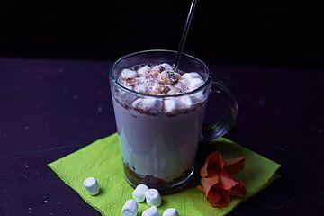 Warme cacao met chocoladelikeur kokoswhisky en schuimsuikerbolletjes in een glas van Babetts Bildergalerie