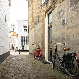 Ein rotes Fahrrad in Zierikzee in den Niederlanden von Ricardo Bouman