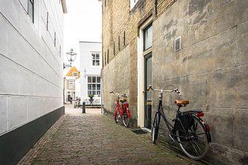 Un vélo rouge et noir à Zierikzee aux Pays-Bas sur Ricardo Bouman